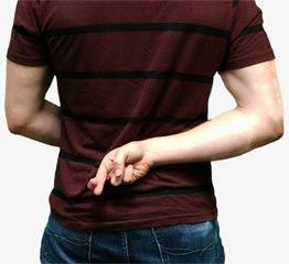 Photographie d'un homme végétarien qui croise les doigts dans son dos pour mentir