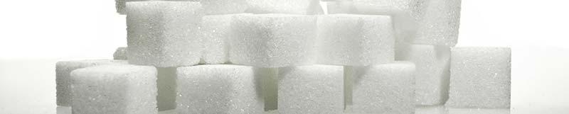 Photo de morceaux de sucre blanc, impliqués dans l'apparition de la maladie du soda ou maladie du foie gras humain (NASH - cirrhose non alcoolique).