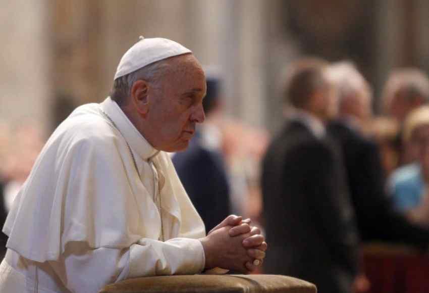 Papa Francesco che prega
