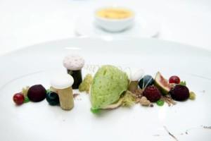 Es ist angerichtet: Crème Brûlée vom Birkweiler Ziegenfrischkäse mit Basilikum Limoneneis. - Foto:J.W.