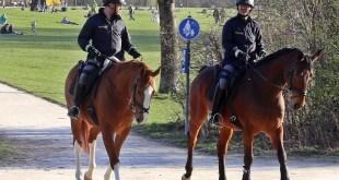 Berittene Polizeistreife während Coronakrise Englischer Garten München