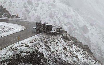 Un camión estuvo a punto de caer al precipio en Los Caracoles