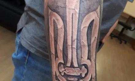Російський публіцист зробив тату українського тризубця розміром в півруки