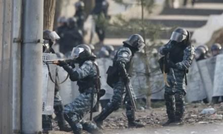 Історичне відео: Петро Порошенко допомагає рятувати поранених під час розстрілу Майдану