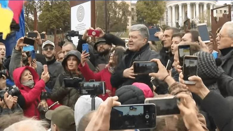 П'ятий президент України разом з людьми бере участь у вічі – відео