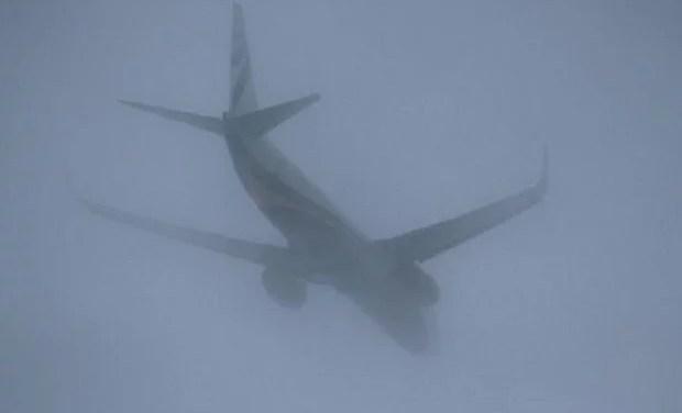 Через негоду в Запоріжжі один літак не може сісти, інший повернули назад