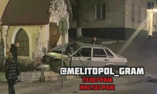Камери відеоспостереження зафіксували автомобіль, який врізався в ресторан