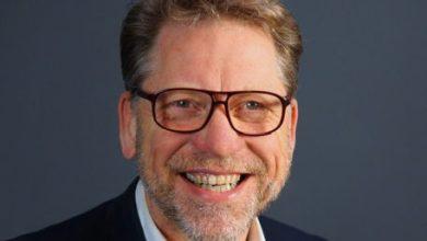Photo of Raadslid Peter Fekkes van GroenLinks verlaat de gemeenteraad