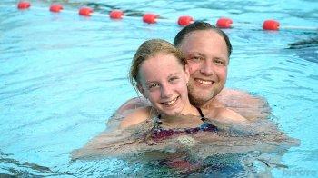Femke met haar vader Erik hebben de veertig baantjes voltooid (DHFOTO).