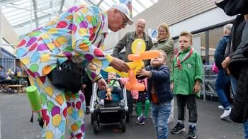 De ballonartiest vermaakt de kinderen in de Schooten Plaza (DHfoto)