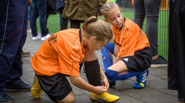 De veters nog even strikken voor de sportieve confrontatie (DHfoto)