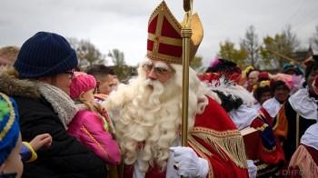 Natuurlijk heeft de Sint ook oog voor de allerkleinsten (DHfoto)
