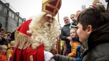 Lucas krijgt een hand van de Sint (DHfoto)