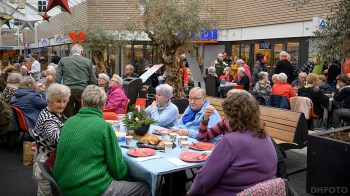 Gezellig met elkaar lunchen bij de Schooten Plaza (DHfoto)