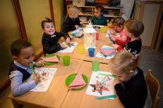 Gezellig met elkaar eten op de groep (DHfoto)