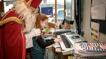 Eline speelt Sinterklaas liedjes op haar Keyboard (DHfoto)