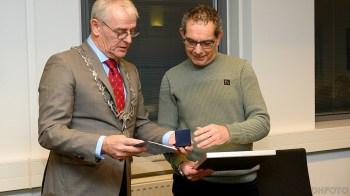 Johan Wage krijgt de penning van burgemeester Nobel (DHFoto)