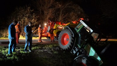 Photo of Tractor met aanhanger in de sloot