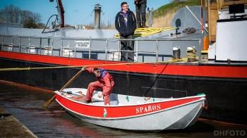 De te water gelaten boot wordt naar zijn plekje gewrikt (DHfoto)
