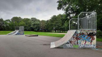 De jeugd kan skaten en basketballen in dit park