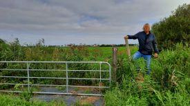 Houten opstapjes voor de wandelaar om over het hek te komen