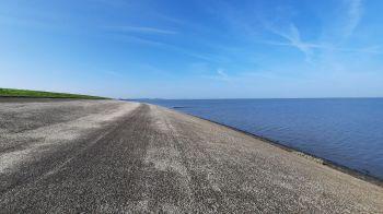 Even achterom kijken naar de dijk, het water en heel ver Den Helder