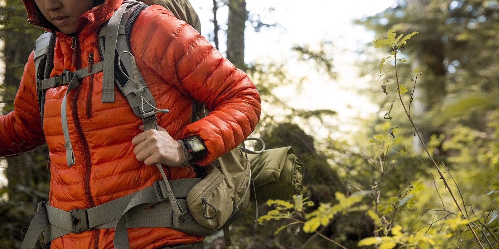 Orang yang mendaki dengan jaket oranye
