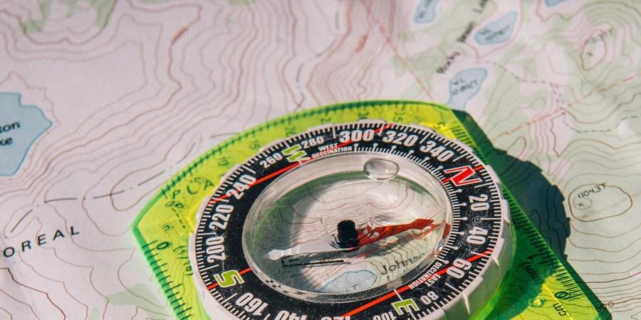 Kompas berada di atas peta topografi