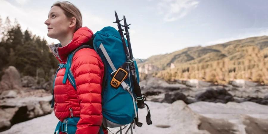 seorang backpacker menggunakan daypack untuk perjalanan backpacking ultralight