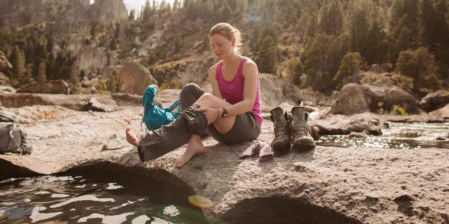Seorang backpacker mengubah celana hiking zip-off menjadi celana pendek