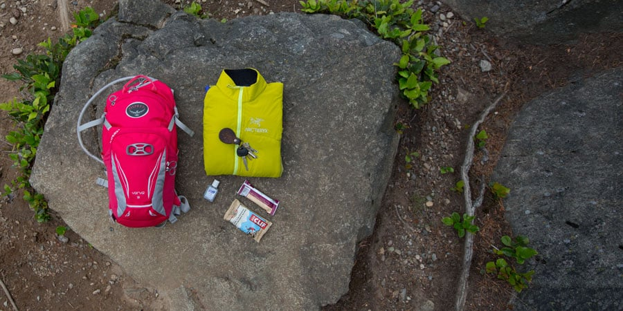 sebaran perlengkapan yang muat di dalam tas ransel dengan kapasitas 10 liter atau kurang
