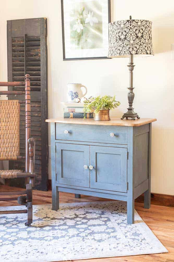 Jeans???  Am I talking about jeans today??  Well, not exactly.  Today I am sharing a furniture painting idea that has the look of a comfy pair of jeans!