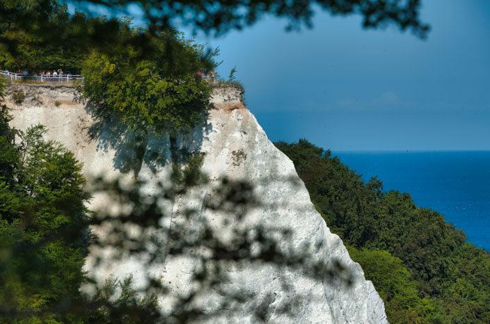 """Krijtrotsen Rügen: uitzicht op het observatiedek Königsstuhl vanaf de rots """"Victoria view"""""""