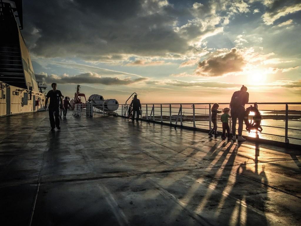 LIFE-for-FIVE-Elternzeit-Sonnenuntergang auf der Fähre nach Sardinien