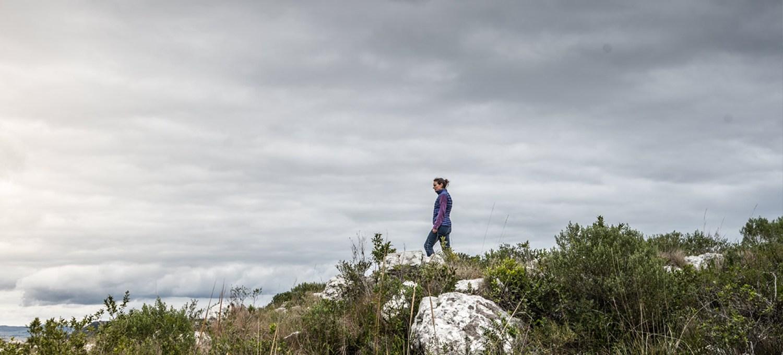 LIFE-for-FIVE-Depressionen-Mama Tina beim Wandern am Gipfel. Blick in die Ferne.