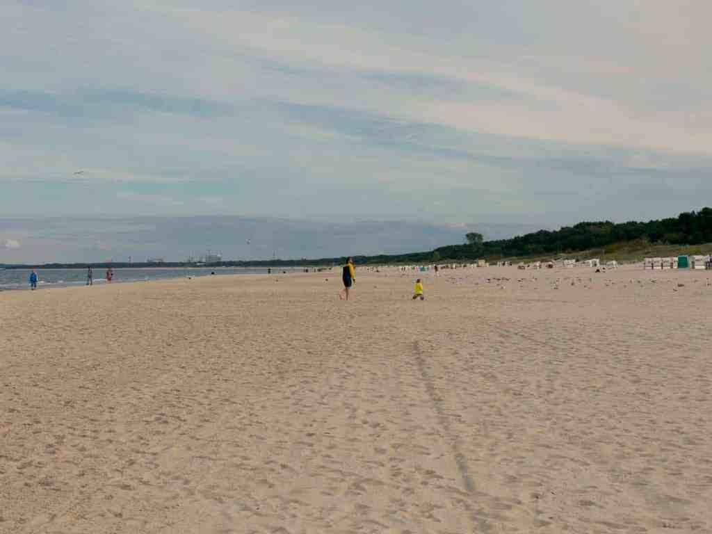 Gelbe Regenmäntel spielend am Strand, Traum und Realität