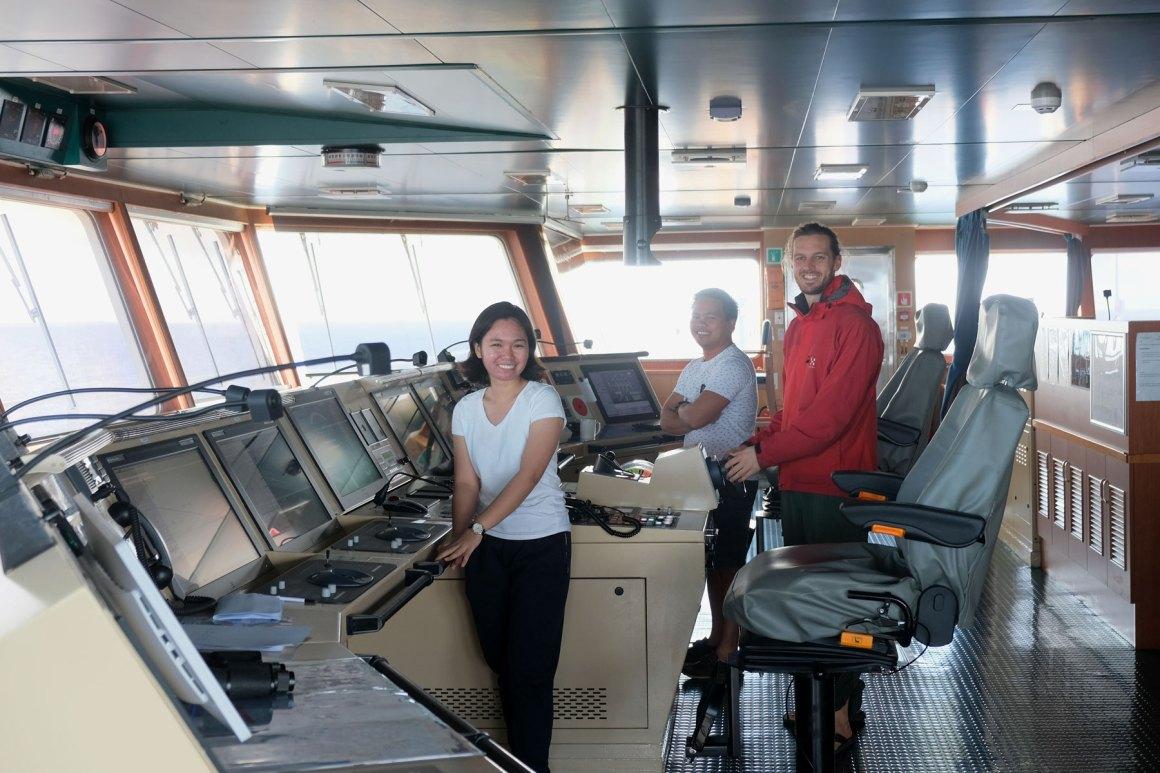 Sebastian von eins2frei op de brug van het Cotainership.