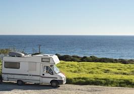 Campingwagen bei Sagres in Portugal (Bigstock / Joyfull)