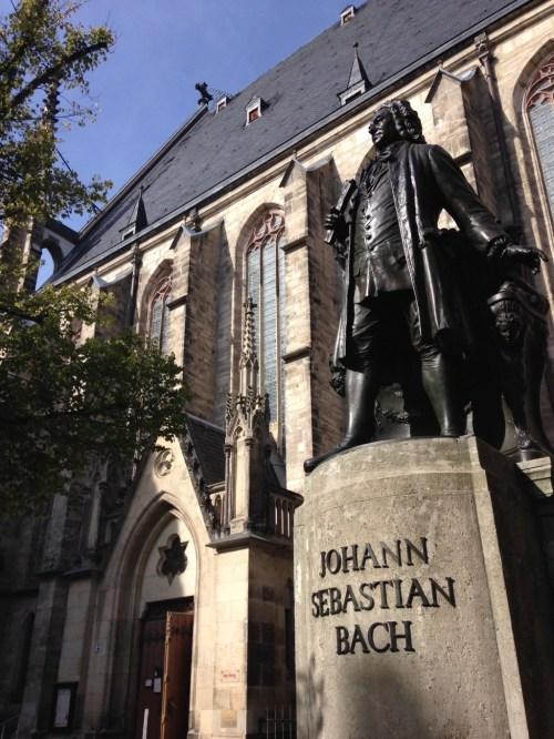 Johann Sebastian Bach vor der Tomana Kirche