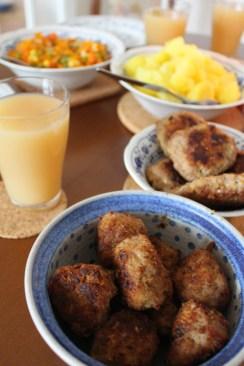 Hausmannskost mit Zwiebelmuster und Kartoffeln und Mischgemüse, Bouletten