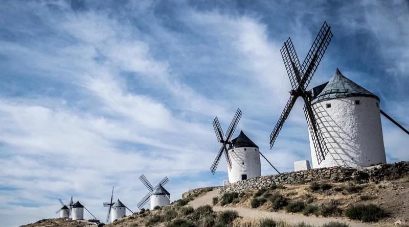Spanien Windmuehlen blauer Himmel