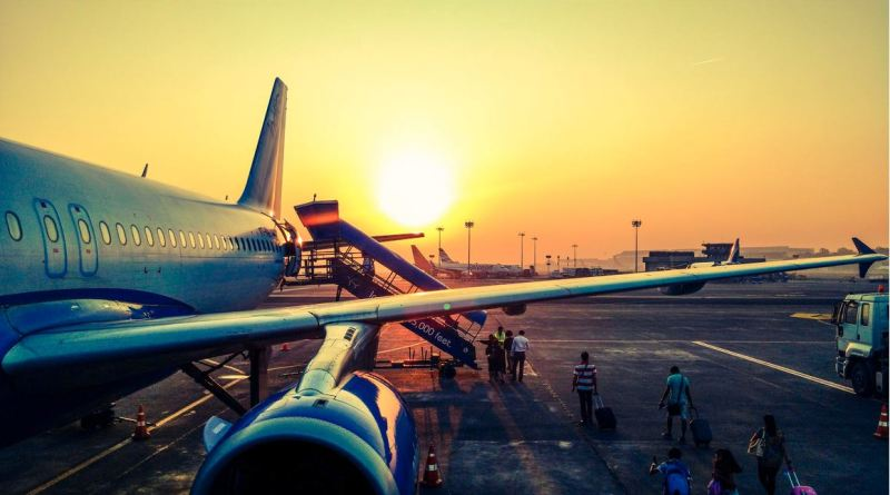 Flugzeug in Abendsonne auf Flughafen