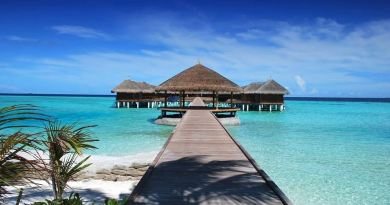 Malediven Holzsteg vom Strand auf Wasser
