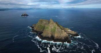 Skellig Michael, ein kleine Insel mit spitzen Bergen im Atlantik. Im Hintergrund Little Skellig