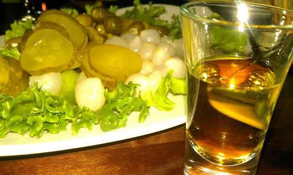 Eingelegtes Gemüse und Wodka in Estland