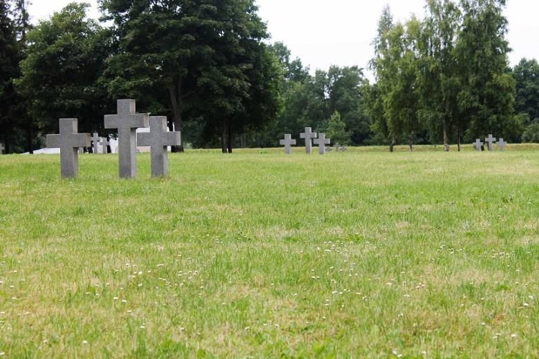 Der deutsche Kriegsgräberfriedhof. Wie verrückt, so weit entfernt auf die eigene Geschichte zu stoßen...