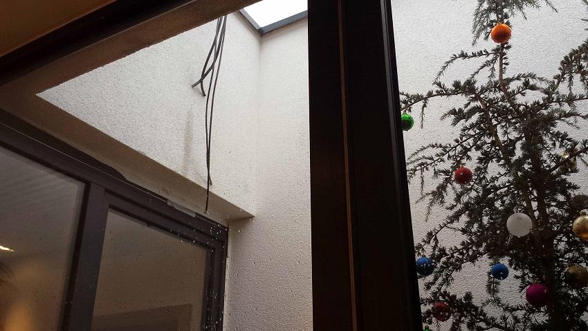 Das mag kleinlich sein, die hängenden Kabel sind aber symbolisch für den teilweise halbfertigen Eindruck.