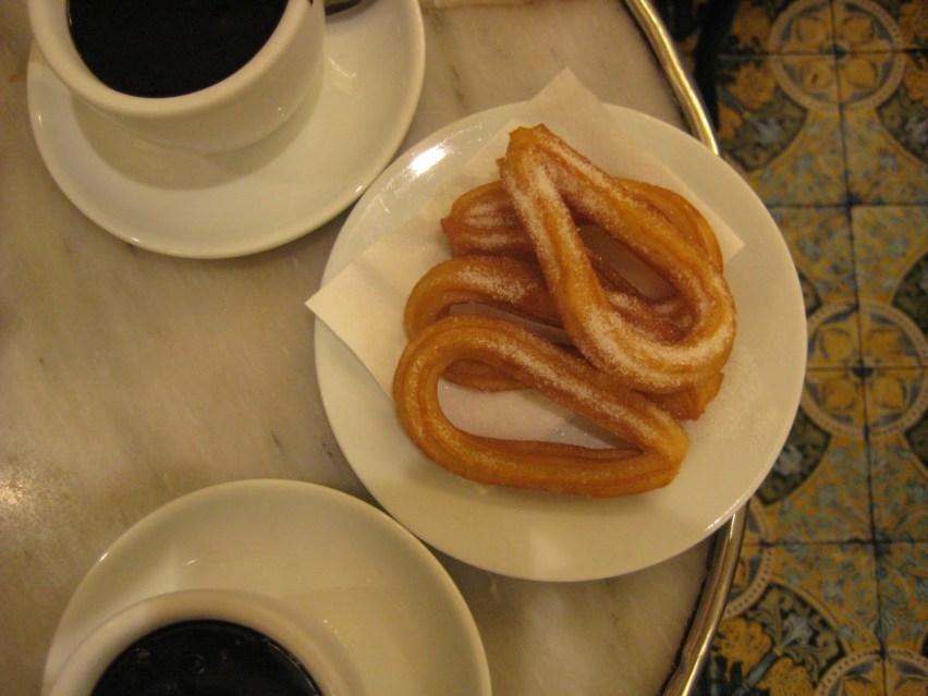 Regionale Spezialitäten versuchen gehört zum aktiven Reisen. Churros y chocolate in Barcelona