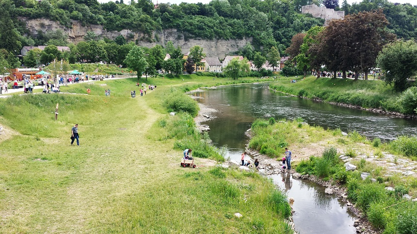 Ist diese Gartenschau nicht wunderschön gelegen? Für Kinder gibt es einen großen Abenteuerspielplatz und für heiße Tage ein Wasserspiel zum Rumhüpfen. Badeanzug einpacken lohnt sich!