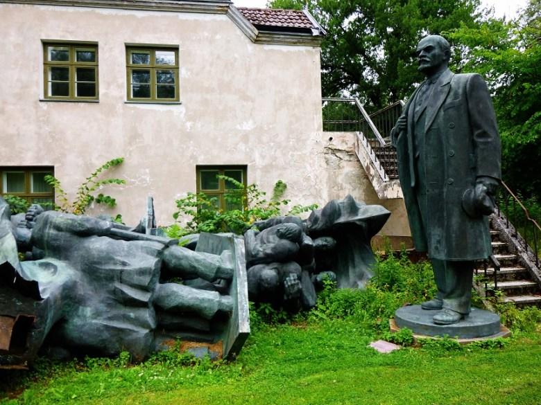 Gefallene Helden auf der Rückseite des historischen Museums von Estland in Tallinn